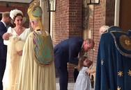 """Công chúa Charlotte gây sốt khi nghiêm mặt """"nhắc nhở"""" phóng viên và cái bắt tay đầy tự tin trong lễ rửa tội của em trai"""