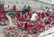 Xe chở hơn 1.000 két bia bị lật, người dân giúp tài xế gom từng chai