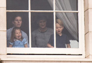 Công chúa Charlotte 'lè lưỡi, bĩu môi' khi xem trình diễn máy bay