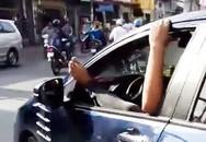 Tài xế gác chân lên cửa ô tô, phóng vun vút trên đường