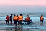 Sóng đánh lật phao, cuốn trôi 4 người khi tắm biển