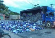 Cả trăm thùng bia rơi ra đường, dân Bình Dương hò nhau gom giúp tài xế