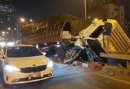 Hà Nội: Xe tải đâm vào dải phân cách gãy gập cabin, tài xế thoát chết trong gang tấc