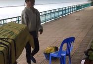 Clip 'Hai thanh niên đang ngồi ghế công cộng thì bị người phụ nữ đuổi đi chỗ khác để bán hàng' tại Hà Nội gây tranh cãi
