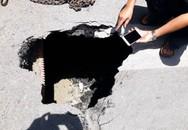 Hà Nội: Chiếc hố khiến xe buýt bị sụt là... bể phốt