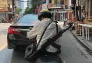 Sốc khi nhìn chị ninja đeo súng AK đi hiên ngang trên phố
