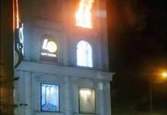 Cháy bảng hiệu trung tâm thương mại giữa Sài Gòn, người dân náo loạn