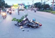 Xe máy 'đấu đầu' dính chặt trên đường khiến 2 người nhập viện