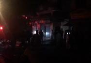 Cảnh sát phá cửa cứu 3 người trong căn nhà bốc cháy dữ dội giữa khuya
