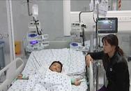 Người mẹ chết lặng bên 2 con lọc máu suốt 36 tiếng