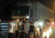 6 người bị ôtô tải tông khi dừng xe cứu nạn