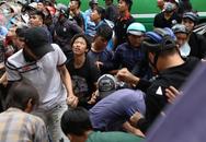 Hàng trăm thanh niên bất chấp nguy hiểm leo tường, chen nhau để giật đồ 'cúng cô hồn' ở Sài Gòn