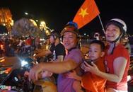 Người dân đổ ra đường mừng Olympic Việt Nam lần đầu vào bán kết ASIAD