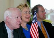 Cuộc thi uống rượu giữa John McCain và Hillary Clinton 14 năm trước