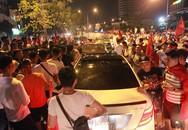 Mừng U23 VN chiến thắng: Xe máy lao vun vút, 3 ô tô 'dính chùm' dưới hầm Kim Liên