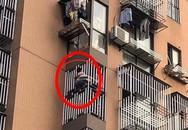Không có người lớn trông coi, bé gái 8 tuổi mất mạng vì bắt chước theo phim hoạt hình đu dây qua cửa sổ