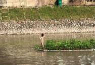 Hà Nội: Cô gái khỏa thân thản nhiên đứng giữa sông Tô Lịch khiến nhiều người tò mò