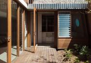Ngôi nhà có nhiều khoảng sân nhỏ luôn mát rười rượi, thách thức những ngày nắng nóng