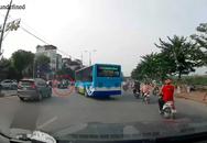 Hà Nội: Xe buýt 'hất văng' một xe máy khi đang quay đầu, chuyện đúng-sai khiến ai cũng bối rối