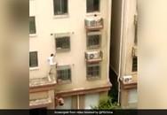 Trung Quốc: Tay không trèo 4 tầng cứu bé gái mắc kẹt
