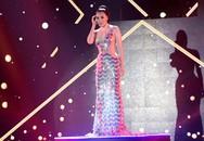 Hồ Ngọc Hà mặc váy ngắn diễn sôi động
