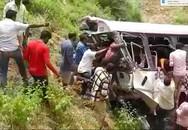 Xe buýt lao xuống vực, 65 người thương vong
