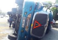 Xe đầu kéo container lật trên quốc lộ 1, hàng trăm lít dầu đổ ra đường