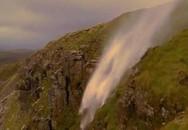 Anh: Gió thổi mạnh đến nỗi thác nước chảy ngược lên trên