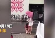 Đi mưa, thiếu nữ bắt mẹ lau chân cho mình giữa đường