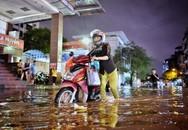 Phố phường Hà Nội ngập, ùn tắc nặng sau mưa lớn giờ tan tầm
