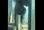 Cháy lớn ở cao ốc đang xây làm trụ sở ngân hàng khói đen kịt bầu trời