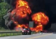 Va chạm với xế hộp trên cao tốc, xe bồn chở dầu lao xuống chân cầu bốc cháy dữ dội