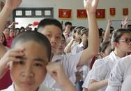 Xúc động hàng trăm học sinh hát Quốc ca bằng… tay trong lễ khai giảng