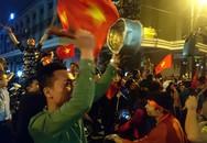 """Những đạo cụ """"độc"""" trong đêm ăn mừng chiến thắng của U23 Việt Nam"""
