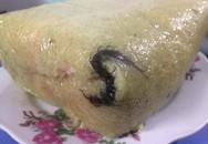 Mua bánh chưng về cúng giỗ, cô gái phát hoảng khi thấy nguyên xác con rết đen sì bên trong