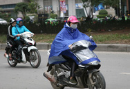 Hà Nội: Gió thổi mạnh, nhiều người đi xe máy chao đảo khi qua cầu vượt, tòa nhà cao tầng