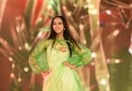 Mặc áo mưa tổng duyệt, thí sinh Hoa hậu vẫn đẹp rạng ngời