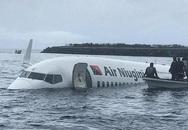 Máy bay gặp sự cố rơi xuống biển, 47 người thoát chết thần kỳ