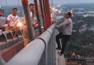Giải cứu thanh niên nghi 'ngáo đá làm xiếc' trên cầu
