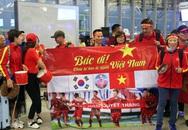"""Khoác cờ đỏ sao vàng, hàng nghìn CĐV lên đường sang Malaysia """"tiếp lửa"""" cho tuyển Việt Nam"""