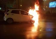 Hà Nội: Ô tô bốc cháy dữ dội giữa trời mưa, tài xế may mắn thoát chết