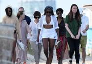 Bà Michelle Obama và con gái diện áo tắm dạo biển