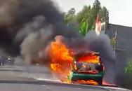 Xe taxi bốc cháy, tài xế cùng khách đạp cửa thoát thân