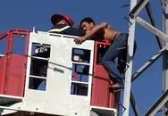 Giải cứu thanh niên đu mình trên trụ điện cao thế ở Sài Gòn