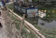 Hà Nội: Xe tải chở bia nằm ngửa dưới mương nước sau khi mất lái
