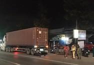 Mải nghe điện thoại khi đi xe máy, người đàn ông tông vào đuôi xe container giữa khuya