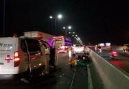 Đâm vào xe CA đang khám nghiệm hiện trường tử vong, cặp khách Tây bị thương nặng ở cầu Sài Gòn