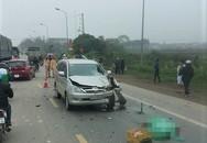 Innova tông chết 2 người khi vượt xe cùng chiều