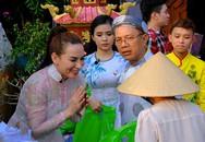 Phi Nhung lấy hết tiền trong túi tặng bà con nghèo