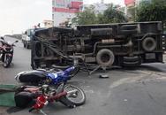 Ôtô lật nhào trên cầu vượt ở Sài Gòn, 2 người bị thương